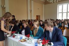 Společnice firmy Shingy Petra Koudelková podává čaj Ing. Janě Otáhalové, vedoucí Obecního živnostenského úřadu ve Vyškově